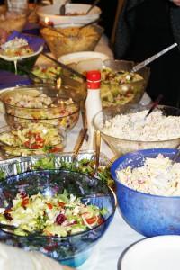 Ein stor og variert salatbuffe vart servert i etterkant av programmet. Foto_Radio Sunnmøre